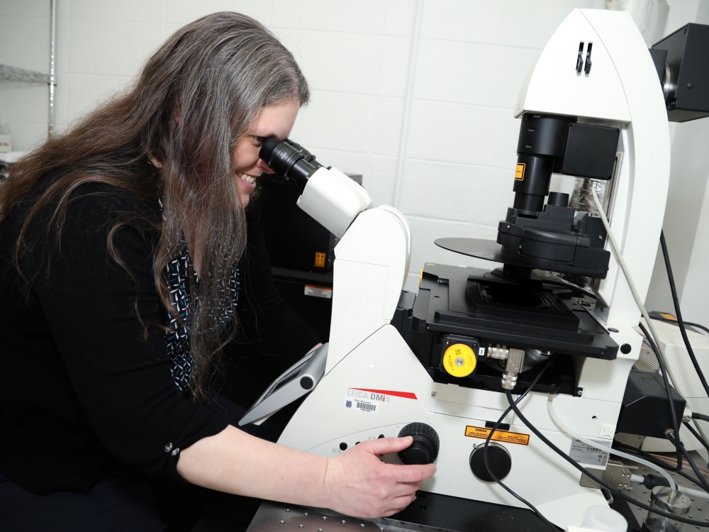 Lisa Cameron at the microscope